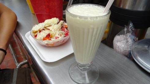 Links: Fruchtsalat mit gezuckerter Kondensmilchsoße und Käse (JA wirklich KÄSE!) Rechts: Ananasshake, ebenfalls mit gezuckerter Kondensmilch